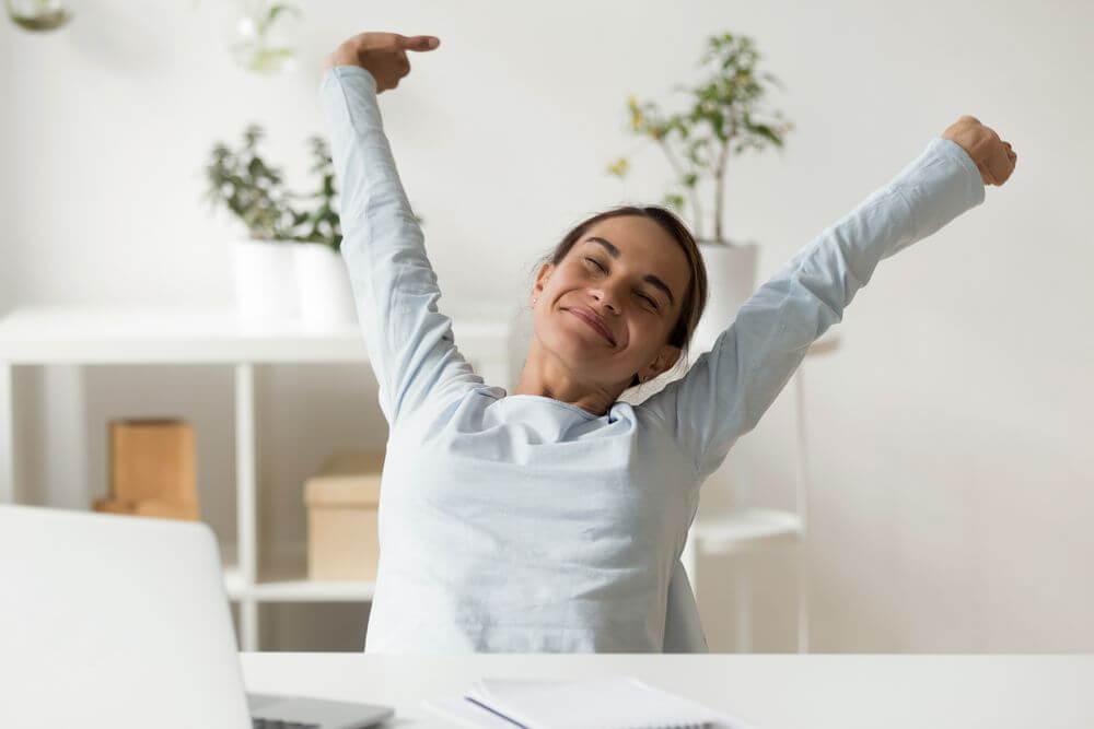 Betriebskostenabrechnung Frau streckt sich freudig