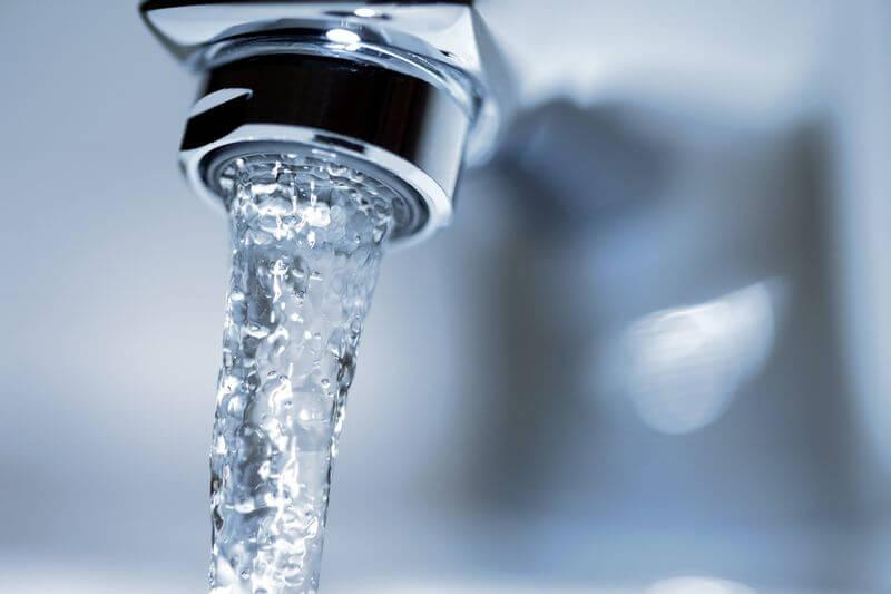 Fließender Wasserhahn