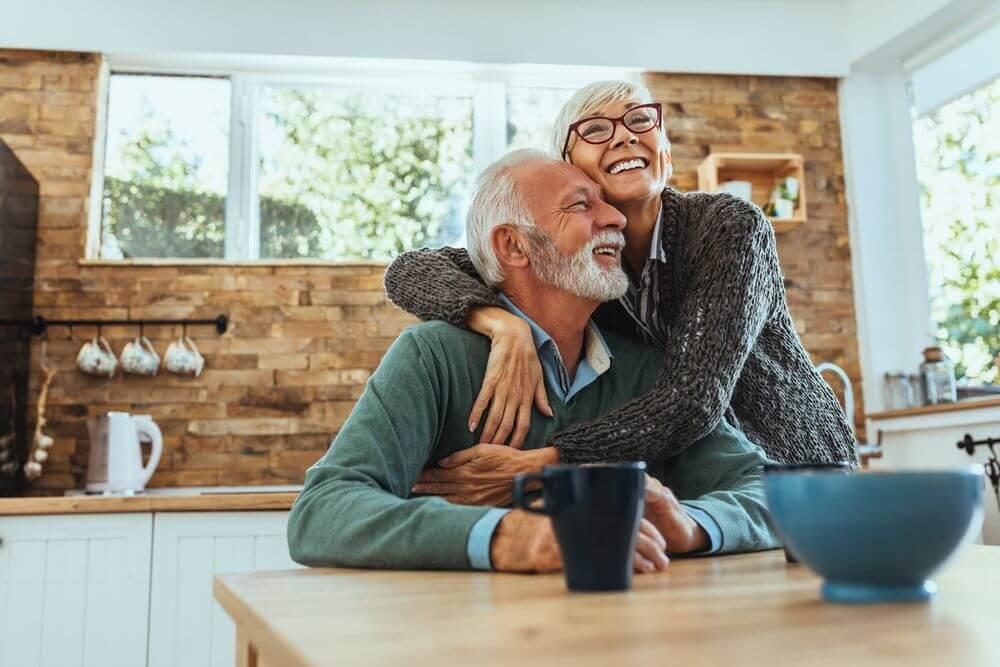 Zufriedenes älteres Paar umarmt sich